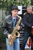 Неопознанная игра музыканта перед публикой переплюнет Стоковое Изображение RF