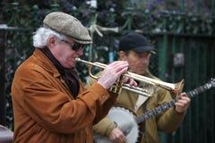 Неопознанная игра музыканта перед публикой outdoors Стоковое Фото