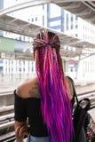 Неопознанная молодая дама с красивым стилем причёсок Афро с стоковые изображения