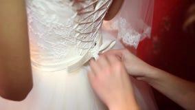 Неопознанная невеста подготавливая для свадебной церемонии