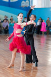 Неопознанная пара танца выполняет латино-американскую программу Juvenile-1 Стоковая Фотография