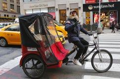 Неопознанная рикша велосипеда в центре города Манхаттане Стоковое фото RF