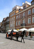 Неопознанная семья наслаждаясь ездой экипажа лошади на старом городке Стоковая Фотография