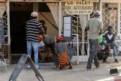 Неопознанная сенегальская стойка людей около кафа стоковое изображение rf