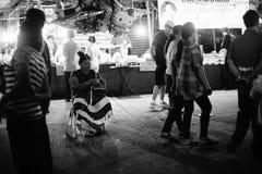 Неопознанное надувательство женщины много раздувает на тайской традиционной провинции Prachuapkhirikhan рынка, Таиланде стоковые фотографии rf