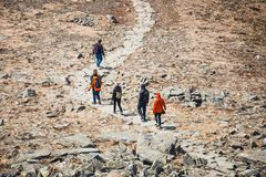 Неопознанное перемещение hikers в горах Стоковые Изображения