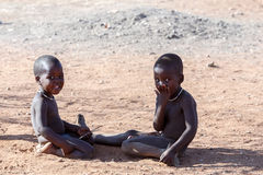 Неопознанное племя Himba ребенка в Намибии Стоковые Изображения