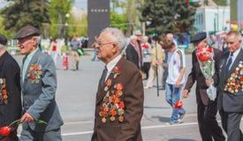 Неопознанные ветераны во время торжества дня победы. МИНУТА стоковые изображения rf