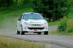 Неопознанные водители на белом винтажном гоночном автомобиле Пежо 106 Стоковое Фото