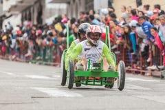 Неопознанные водители на деревянных гонках тележки в общественной конкуренции Стоковые Изображения RF