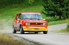 Неопознанные водители на yello и красном винтажном гоночном автомобиле Фиат 127 Стоковые Фотографии RF