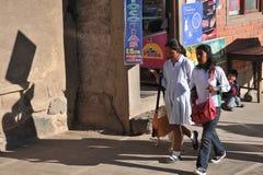 Неопознанные девушки на улице Сукре Стоковое Изображение