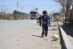 Неопознанные дети на улицах Oruro Стоковое фото RF