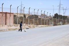 Неопознанные дети на улицах Oruro Стоковое Изображение