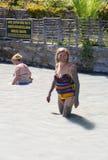 Неопознанные женщины имея ванну грязи Стоковые Изображения RF