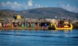 Неопознанные женщины приветствуют туриста на озере Titicaca в Puno, Стоковое фото RF