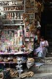Неопознанные женщины продают сувениры на улицах Ла Paz, Bol стоковое фото