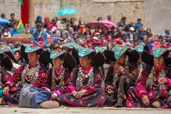 Неопознанные женщины Zanskari нося этнический традиционный головной убор Ladakhi с бирюзой облицовывают вызванное Perakh Perak, L стоковые фотографии rf