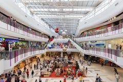 Неопознанные клиенты ходят по магазинам в торжестве 2016 Нового Года Стоковое Изображение