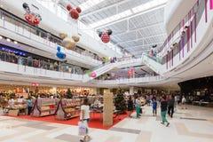 Неопознанные клиенты ходят по магазинам в торжестве 2016 Нового Года Стоковые Фото