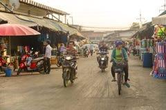 Неопознанные люди в рынке Rong Kluea Стоковая Фотография