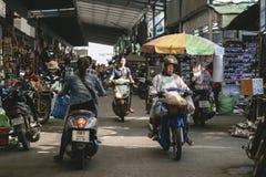 Неопознанные люди в рынке Rong Kluea Стоковые Фото