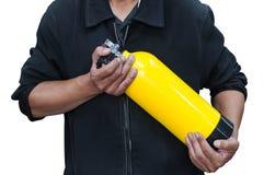 Неопознанные люди держа желтый бак с кислородом Человек подготавливает и стоковые изображения