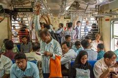 Неопознанные пассажиры внутри индийской железной дороги в Мумбае Стоковое фото RF