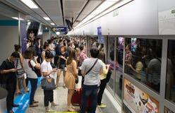 Неопознанные пассажиры ждут поезд MRT стоковые изображения rf