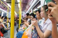 Неопознанные пассажиры поезда железнодорожного сообщения авиапорта Suvarnabhumi Стоковое фото RF