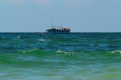 Неопознанные рыболовы проверяя рыболовные сети на шлюпке 13-ого октября 2014 в Александрии, Египте Средиземное море главным образ Стоковая Фотография