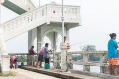 Неопознанные рыбы людей на мосте sarasin Стоковое Изображение