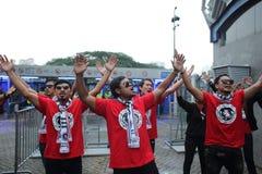 Неопознанные тайские футбольные болельщики в действии Стоковые Фотографии RF