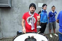 Неопознанные тайские футбольные болельщики в действии Стоковые Изображения