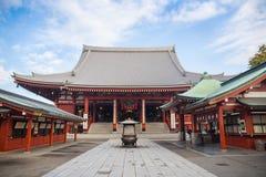 Неопознанные туристы в виске Senso-ji на 19,2014 -го ноября в токио, Японии Висок Sensoji буддийский Стоковое Фото