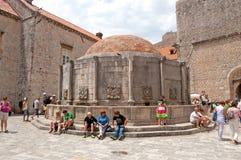 Неопознанные туристы около большого фонтана Onofrio, Дубровника, Хорватии Стоковые Фото