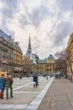 Неопознанные туристы около Palais de Правосудия de Парижа, Sainte Chapelle на левой стороне, Париже, Франции Стоковое фото RF
