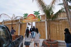 Неопознанные туристы посещают пляж рая в Mykonos, Греции стоковые изображения
