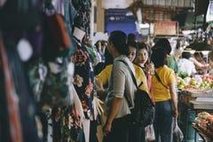 Неопознанные туристы ходят по магазинам на рынке Ким Yong Стоковое Фото