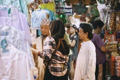 Неопознанные туристы ходят по магазинам на рынке Ким Yong Стоковые Изображения