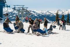 Неопознанные лыжники катаясь на лыжах на Whistler, Канада Стоковые Изображения RF