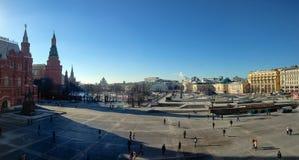 Неопознанные люди идут на квадрат Manezhnaya в Москве, России Стоковое Изображение