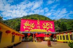 Неопознанные люди идя близко 10 тысяч монастыря Buddhas в олове Sha, Гонконге, Китае стоковое фото