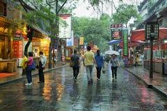 Неопознанные люди идя на дождливый день Стоковые Фотографии RF