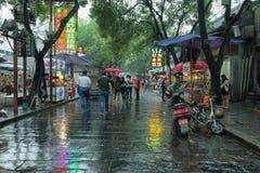 Неопознанные люди идя на дождливый день Стоковые Изображения RF