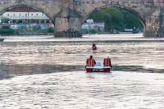 Неопознанные люди на шлюпке на реке Стоковые Фото