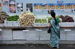 Неопознанные люди ходят по магазинам на бакалейной лавке в меньшей Индии, поют стоковая фотография rf