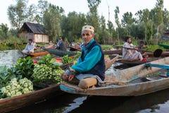 Неопознанные vegetable продавцы принимая их продукцию к плавая рынку рано утром на озере Dal в Сринагаре, Кашмире Стоковые Изображения