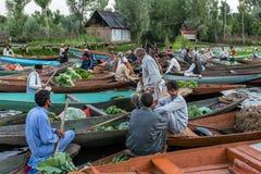 Неопознанные vegetable продавцы принимая их продукцию к плавая рынку рано утром на озере Dal в Сринагаре, Кашмире Стоковая Фотография