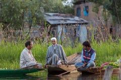 Неопознанные vegetable продавцы принимая их продукцию к плавая рынку рано утром на озере Dal в Сринагаре, Кашмире Стоковая Фотография RF